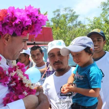 Arropan habitantes de Xochicoatlán a Alex González2