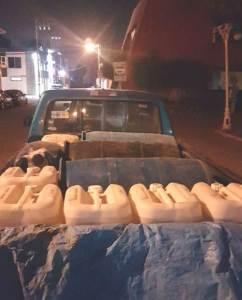 Aseguran camioneta cargada con tambos y garrafones de combustible