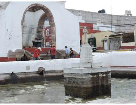 Dan mantenimiento y limpieza a histórico surtidor y caja de agua de Tepeapulco4