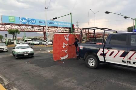 Dos personas resultan lesionadas al caer un anuncio en Pachuca