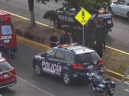 Elementos policíacos evitan una persona se suicide2