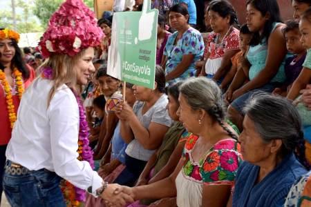 Sayonara Vargas gestionará recursos para apoyar a bordadoras2
