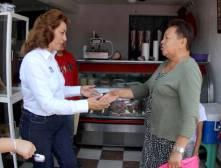 Sylvia López realiza toque de puertas en el distrito que representa2