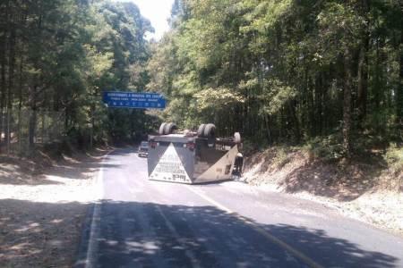 Vuelca camioneta de transporte valores en la entrada a Mineral del Chico2