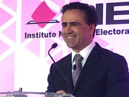 Alex González gana debate