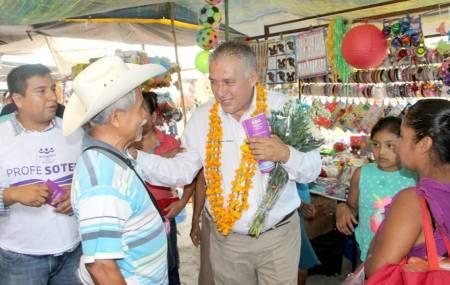 Candidato de Encuentro Social recorre el tianguis de Jaltocan .jpg