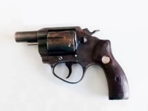 """Detenido al encontrarle en su vehículo """"vegetal verde"""" y una pistola con seis cartuchos útiles2"""