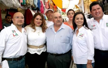 Nuvia Mayorga, Emilse Miranda y Lorenzo Arroyo visitaron la plaza del vestido1.jpg