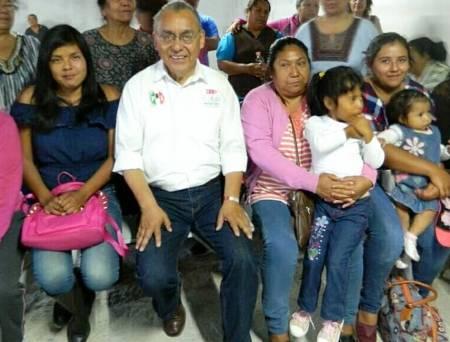 Rodolfo Paredes Carbajal reafirma compromiso con mujeres madres de familia.jpg