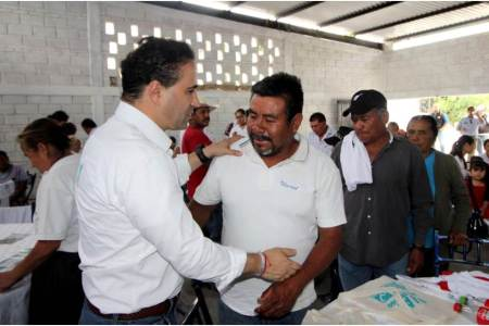 Alex González se compromete con adultos mayores2