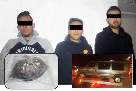 Trio de sujetos detenidos al encontrarles en posesión de medio kilo de probable marihuana