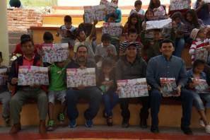 """Entrega de gaceta de Cazador@s de Saberes a estudiantes de la primaria """"Juan Escutia"""" de la comunidad de Chichimecas"""
