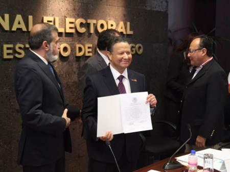 INE entrega a Julio Menchaca Salazar constancia que lo acredita como senador electo