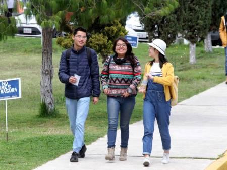 Más de 55 mil estudiantes regresan a clases en la UAEH .jpg