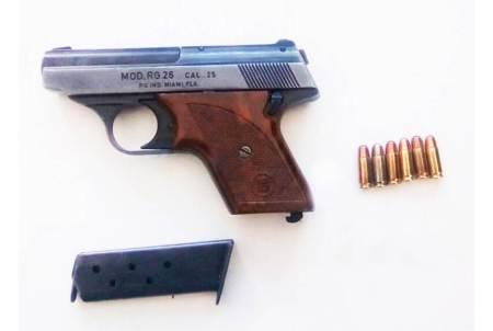 Por llamada anónima, detienen a una persona armada con una pistola escuadra