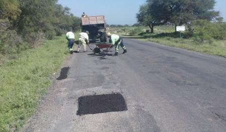 SOPOT realiza trabajos de bacheo en el municipio de Huichapan