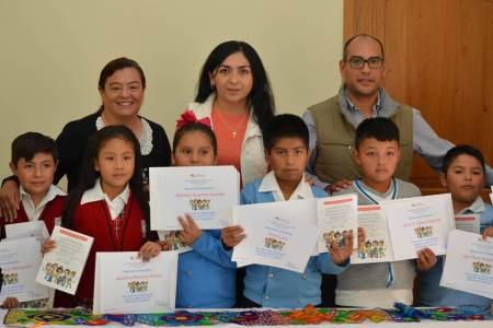 Entrega CDHEH a niñas y niños de Tasquillo edición especial de nuestra Carta Magna