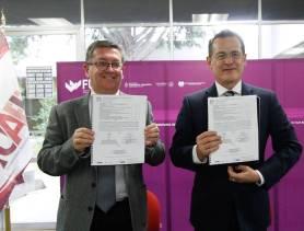 Entrega embajador a UAEH Biblioteca del Bicentenario de Bolivia1