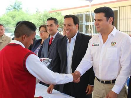 Sedeso entrega útiles, uniformes y libros de texto en la Región Huichapan2