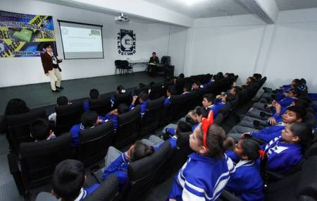 Acerca UAEH ciencia a jóvenes de secundaria2