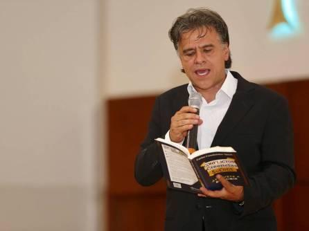 Invita Carlos Cuauhtémoc Sánchez a escribir un libro 1