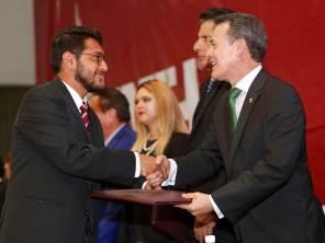 En ceremonia de titulación, egresados reconocer logros y labor de autoridades de la UAEH
