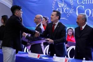 Entrega rector 70 títulos a egresados del CUC
