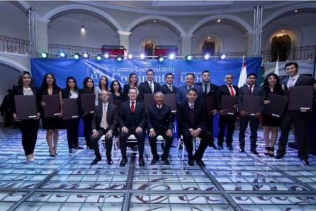 Entrega rector 70 títulos a egresados del CUC4