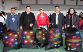 Entregan material deportivo a escuelas de la campaña para la disminución del sedentarismo2