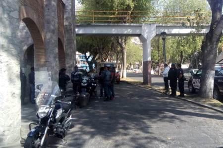 Investigan quienes colocaron en la zona de Pachuca tres mantas con leyendas alusivas presuntamente a la delincuencia.jpg