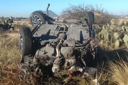 volcadura de veloz auto en singuilucan; una persona muerta y dos lesionados