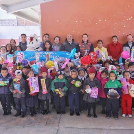 Raúl Camacho entrega diversos apoyos a escuelas de Mineral de la Reforma 5