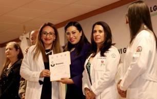 Realizan ceremonia de graduación de médicos residentes1