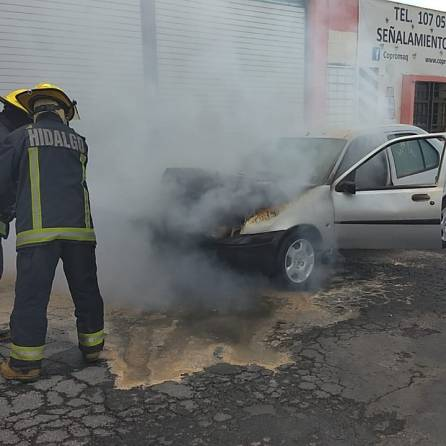 Arde un automóvil en un bulevar de Pachuca