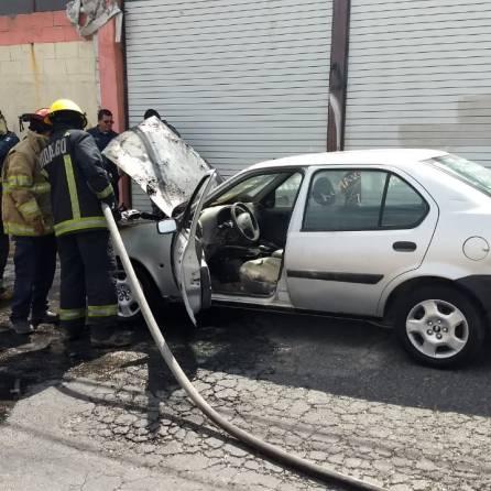 Arde un automóvil en un bulevar de Pachuca2