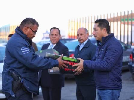Entrega Raúl Camacho Baños, uniformes a trabajadores de Mineral de la Reforma 2