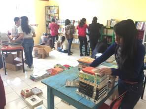 Alumnas de la UTSH realizaron donación de biblioteca comunitaria2