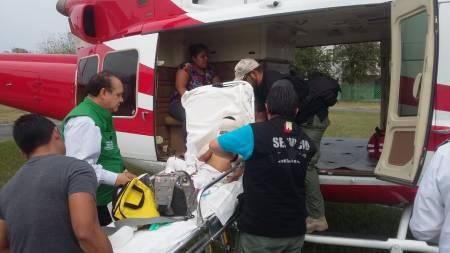 Realizan traslado aéreo de menor de Jaltocán con lesiones en su rostro