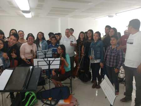 Ricardo Baptista entrega pago a profesores de la Orquesta Sinfónica Infantil y Juvenil de Tlaxcoapan