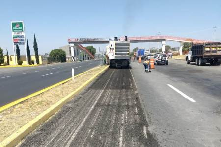 Se realizan trabajos de aplicación de riego de sello reforzado con fibra de vidrio en la carretera Pachuca-Tuxpan