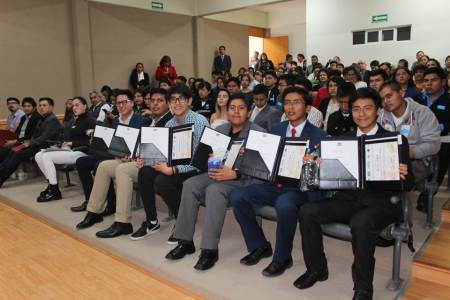 Premian a ganadores de la 12ª Olimpiada Estatal de Química de Hidalgo 2019.jpg