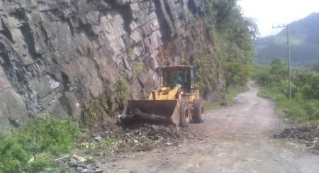 SOPOT trabaja en el retiro de caídos y desazolve en carretera Santa María Temascalapa – Huehuetla2