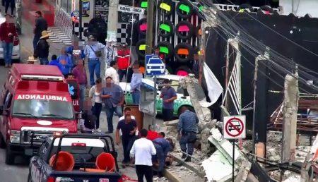 Dos trabajadores lesionados en Pachuca al caer una barda