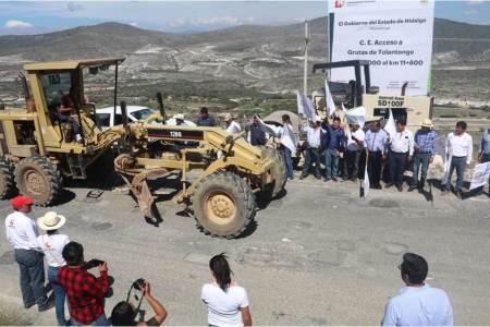 Dan banderazo a obra de reconstrucción al acceso a Grutas de Tolantongo
