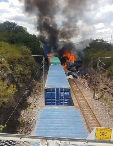 Aparatoso choque de trenes en Nopala; tres personas lesionadas y cuantiosos daños materiales