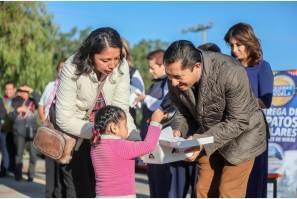 Continúa Raúl Camacho con la entrega de zapatos escolares en preescolares