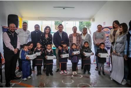 Continúa Raúl Camacho con la entrega de zapatos escolares en preescolares2