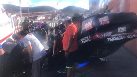 Dos elementos policiacos de Pachuca resultan heridos al chocar y volcar la unidad en que se trasladaban.jpg