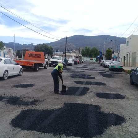 Gobierno del Estado realiza trabajos de bacheo en Ampliación Santa Julia en Pachuca