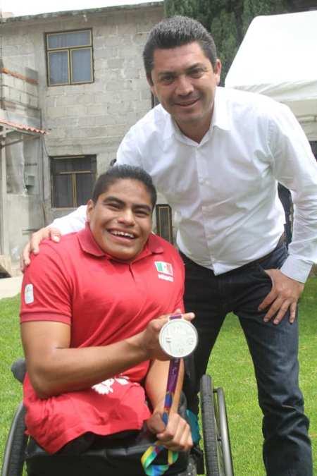 Hector Meneses felicita a Alexis Gayoso